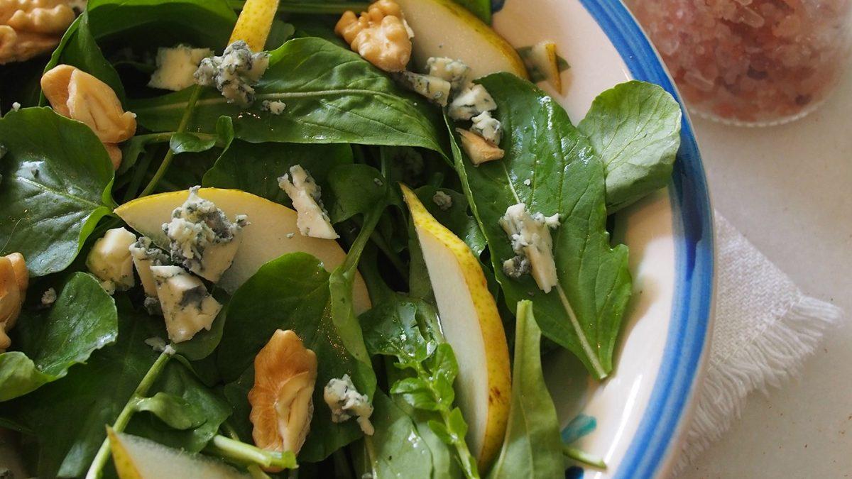 Uma salada criativa com folhas e fruta