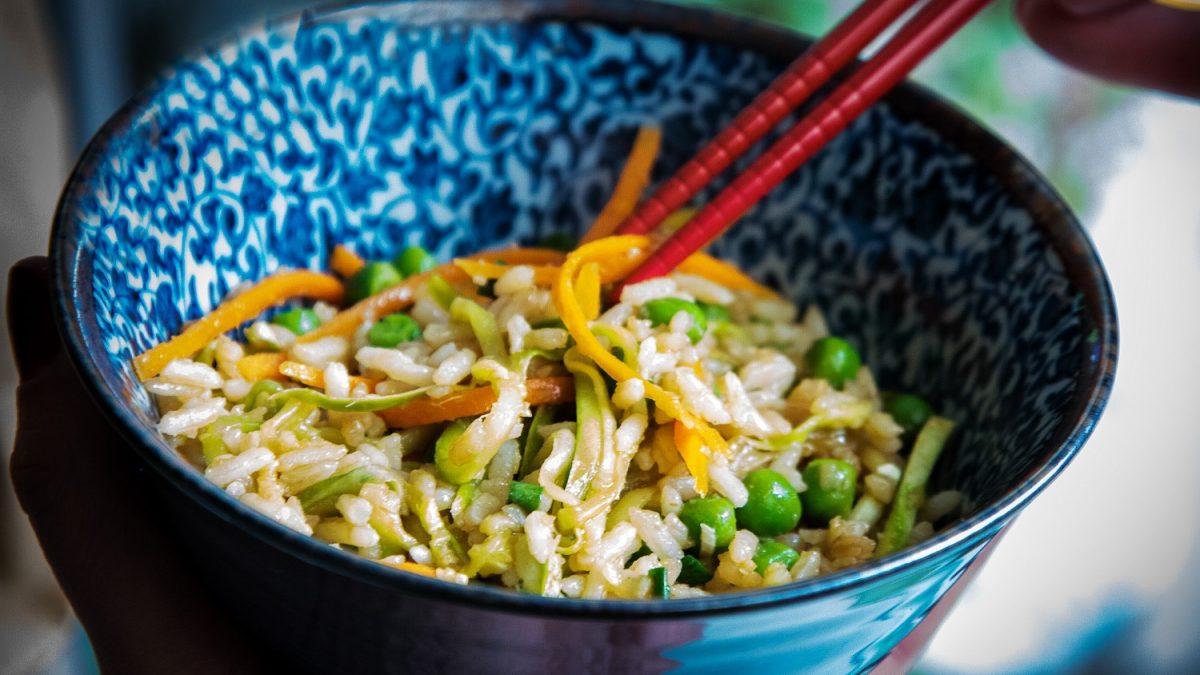 Frigideira de arroz e legumes com curry